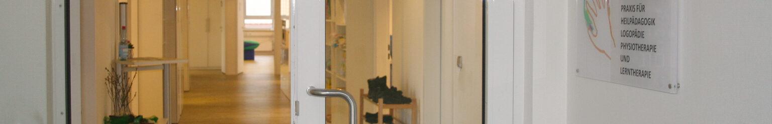 Unser Eingangsbereich mit Blick in unsere großzügigen und hellen Räume.